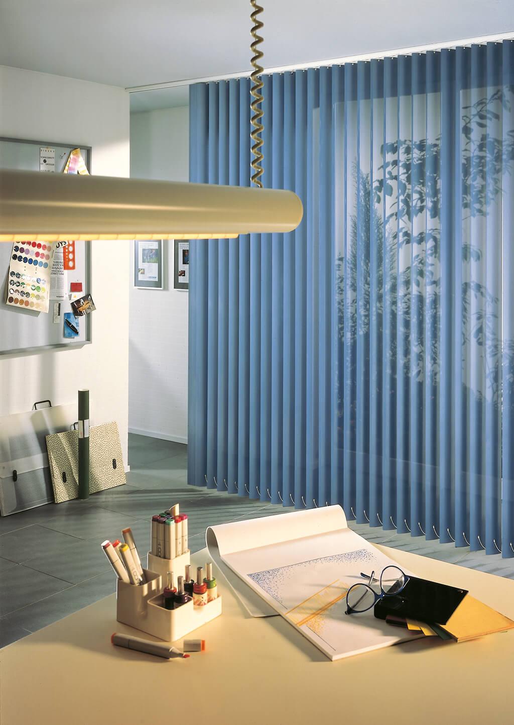 Blauer Lamellenvorhang im Kreativbüro
