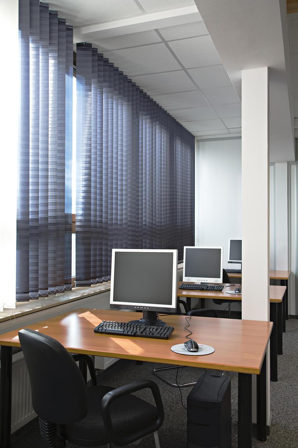 Lamellenvorhang mit Dekorstoff im Großraumbüro