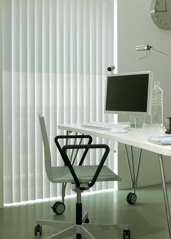 Weißer Lamellenvorhang im Arbeitszimmer