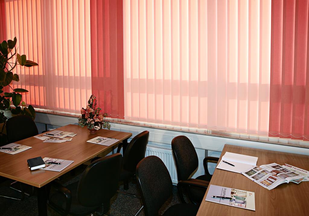 Mehrfarbig roter Lamellenvorhang für angenehme sLicht im Seminarraum