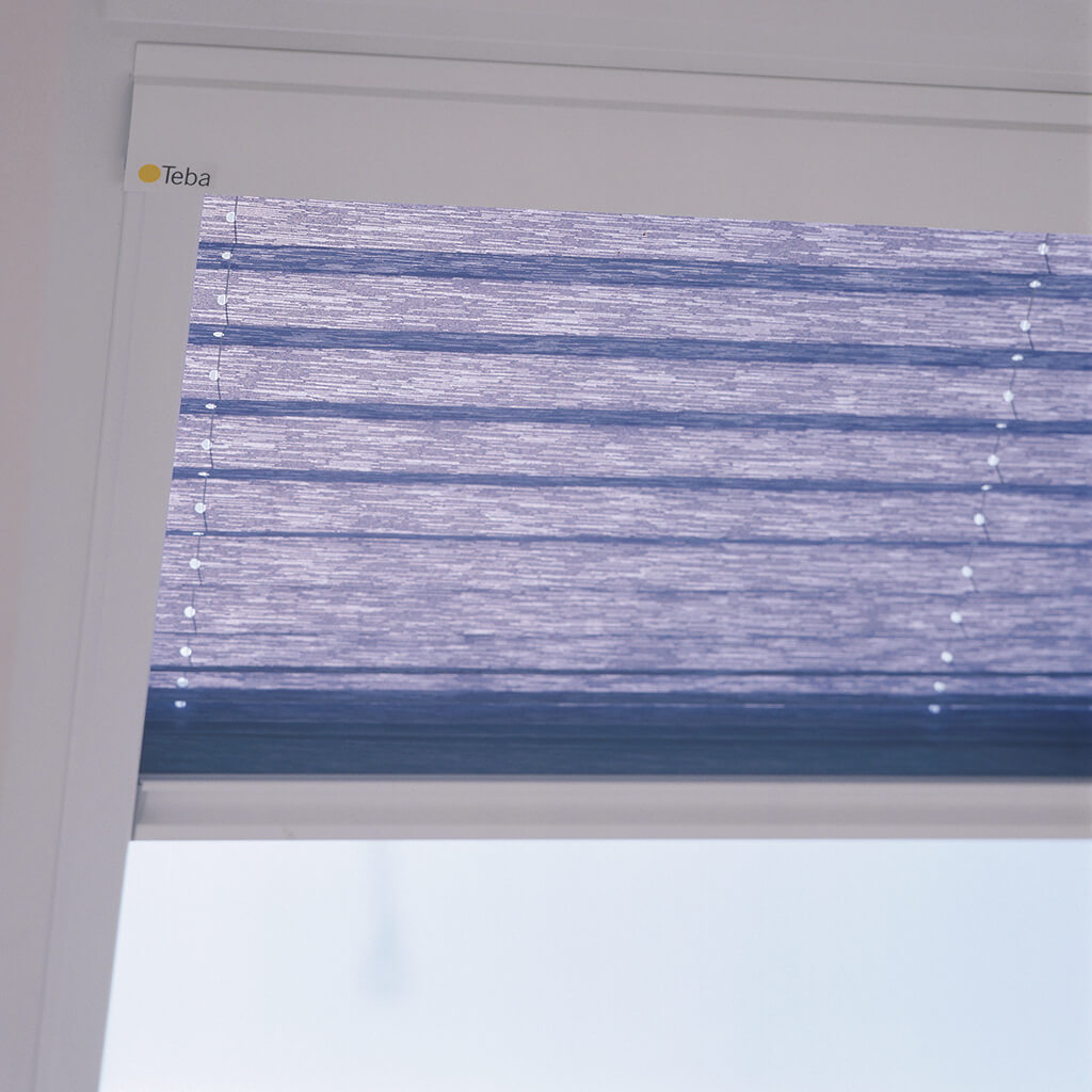 Blaues Teba® Plissee am Dachfenster