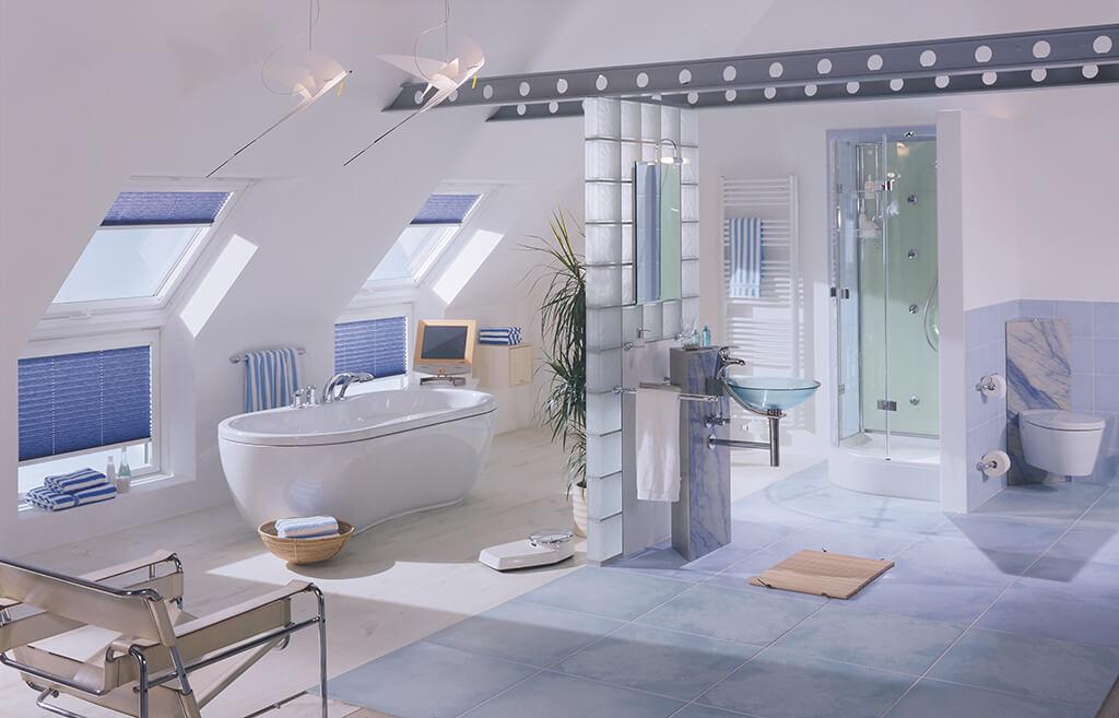 Blaue VELUX® Plissees für Ihre Fenster & Dachfenster im Bad