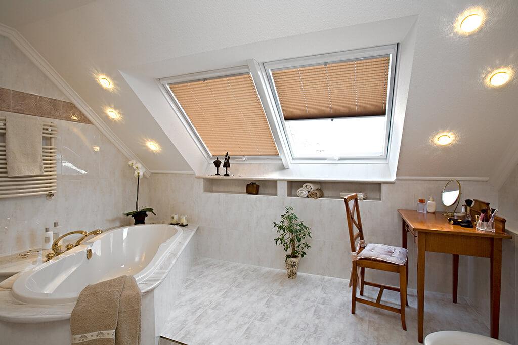 Cremefarbene Plissees für stilvolle Dachfenster im Bad