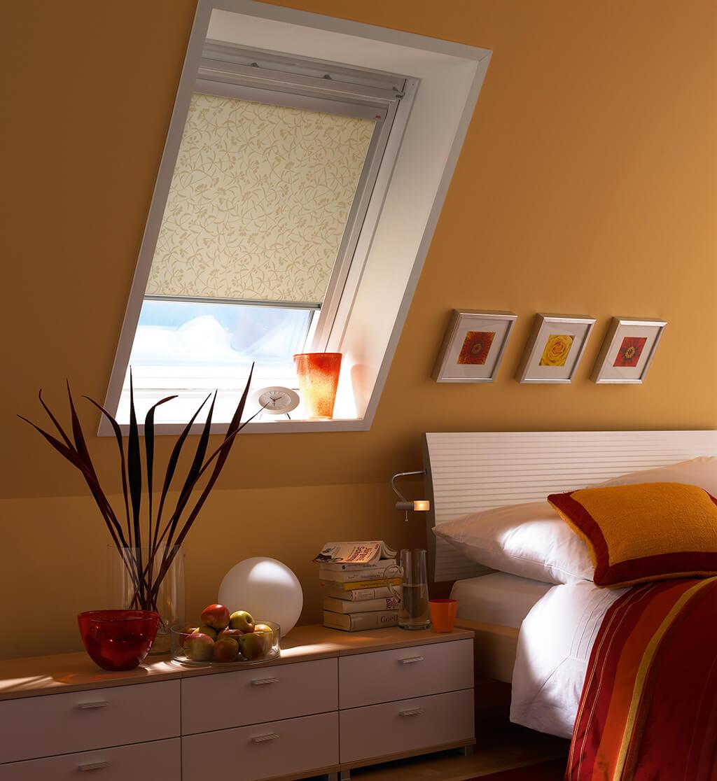 Stimmungsvolles Dachfenster Rollo von VELUX® mit Dekorstoff
