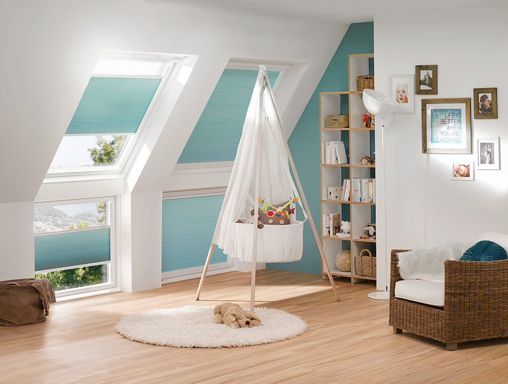 Wabenplissee in sanftem Blau für Dachfenster im Kinderzimmer