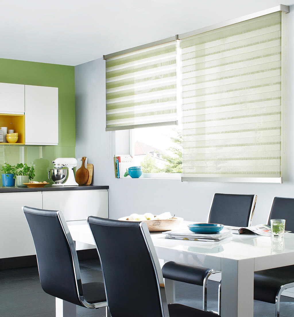 Grünes Doppelrollo für frisches Licht am Esstisch