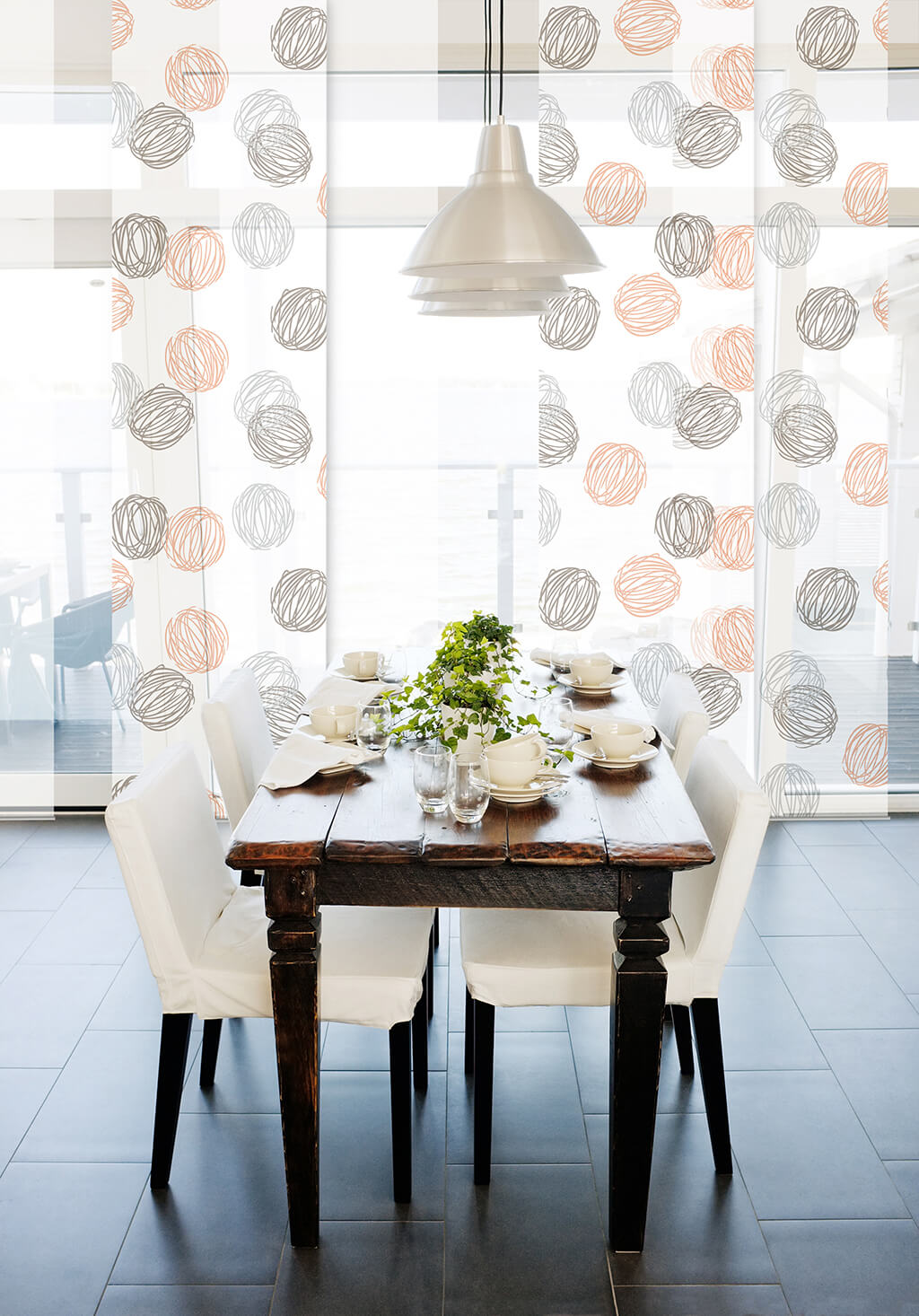 Transparenter Flächenvorhang mit weißen und gemusterten Stoffpanele