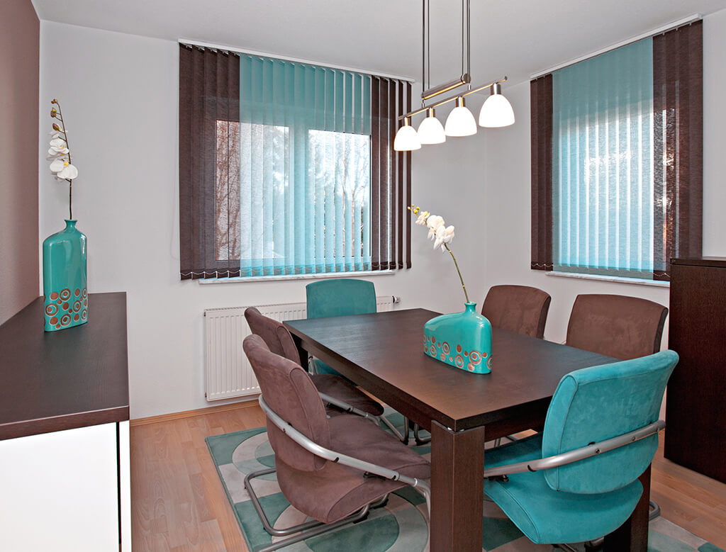 ... Lamellenvorhang Multicolor In Braun Türkis · Weißer Lamellenvorhang Im  Esszimmer Fenster ...