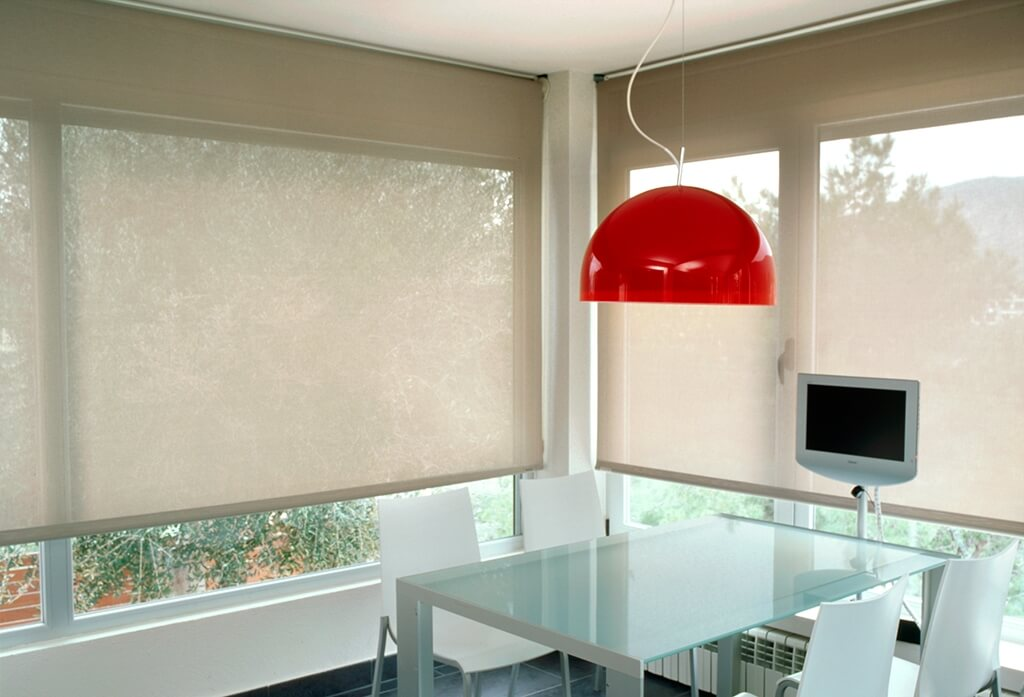 Rollo Bandalux in Creme an großflächigen Fenstern