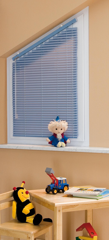 Blaue Alu-Jalousie in einem Schrägfenster fürs Kinderzimmer