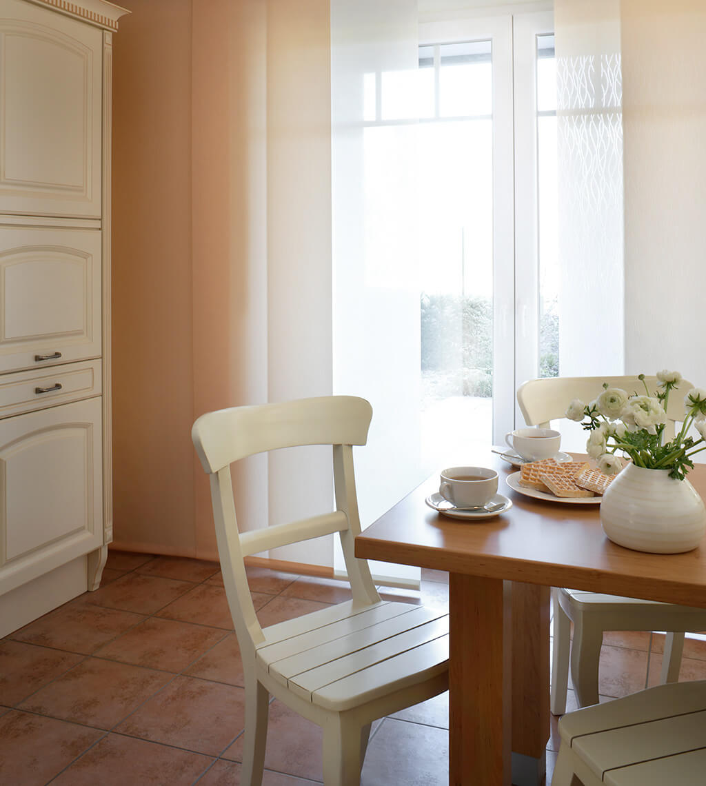 Flächenvorhang mit weißem Dekorstoff kombiniert mit weißen und roséfarbenen Panelen