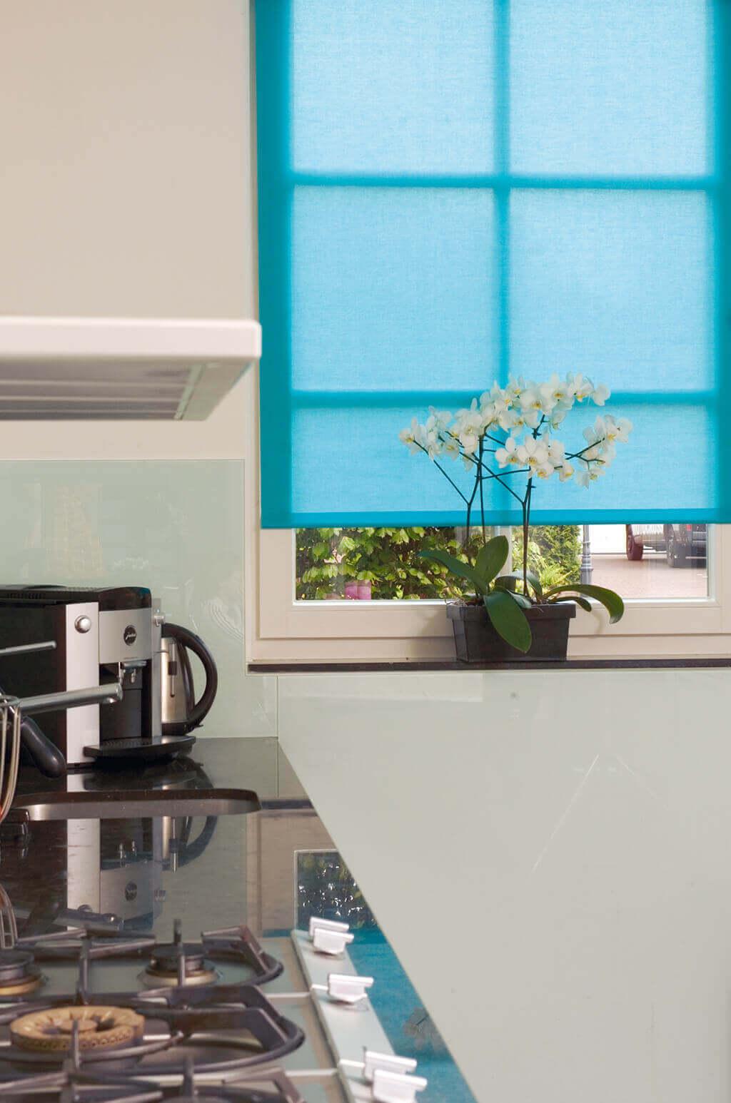 Blaues Rollo für farbenfrohe Akzente in der schlichten Küche