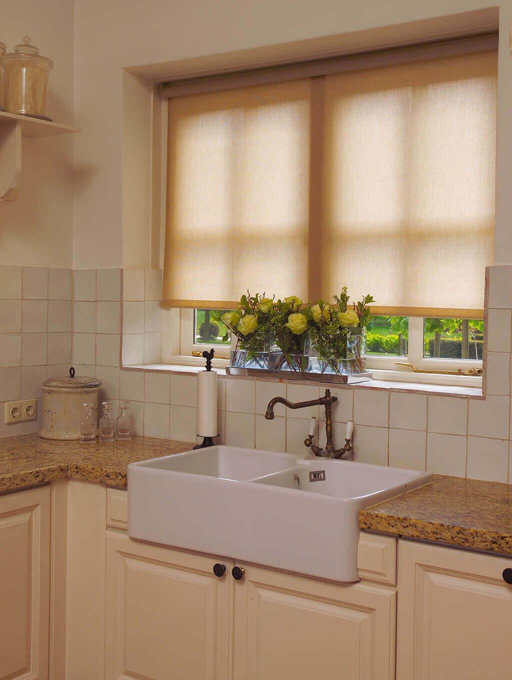 Cremefarbenes Rollo in der Fensternische für die nostalgische Küche