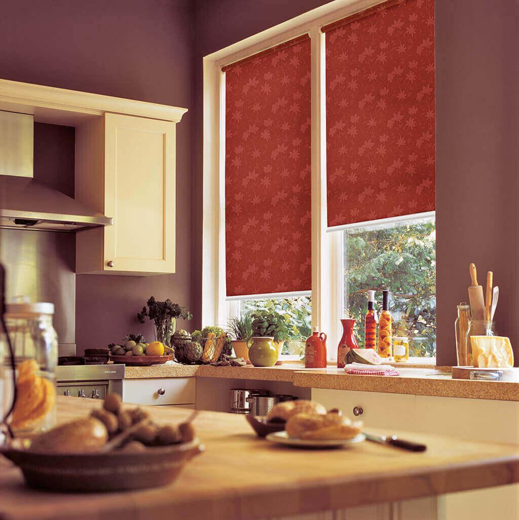 Rollo in rotem Dekorstoff für die gemütliche Küche