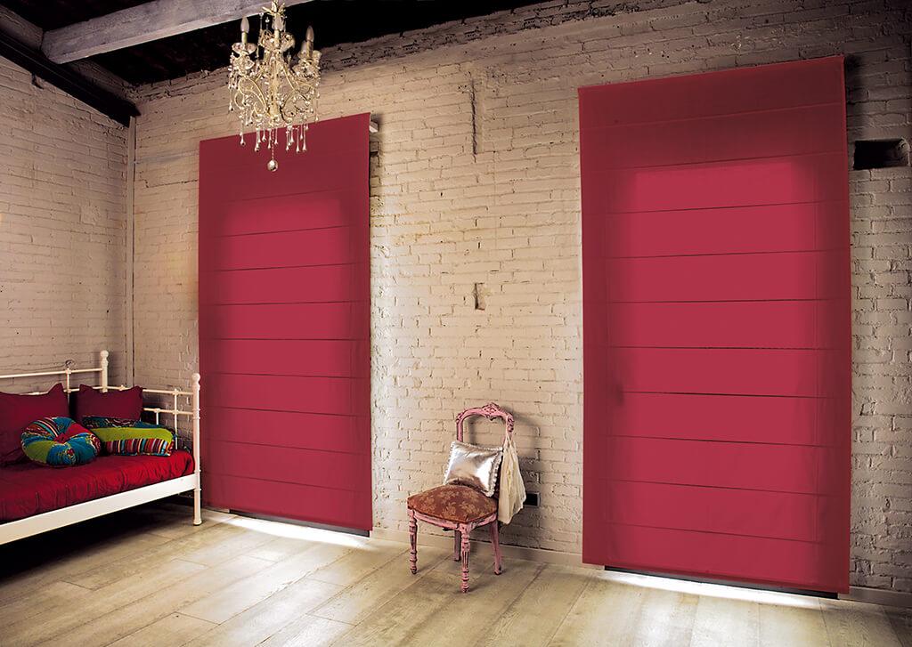 Faltrollo in Rot, klarer Kontrast zur tollen Backsteinwand