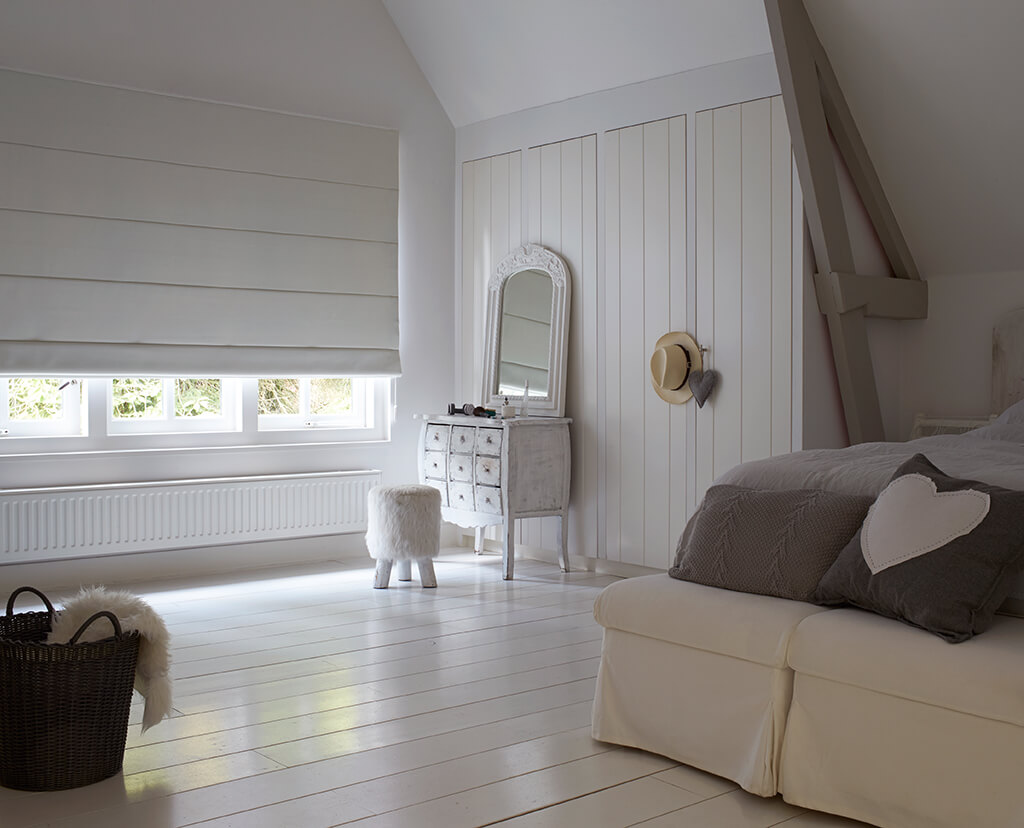 Weißes Falt-Verdunklöungsrollo als elegante Lösung fürs Schlafzimmer