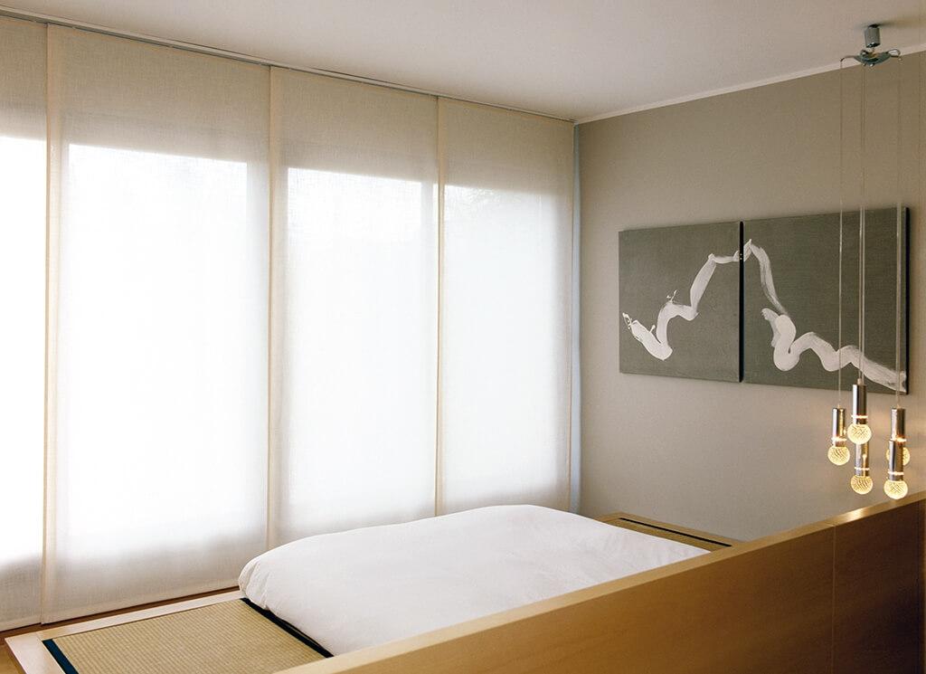 Flächenvorhang Bandalux in natülichem Weiss an großer Fensterfront