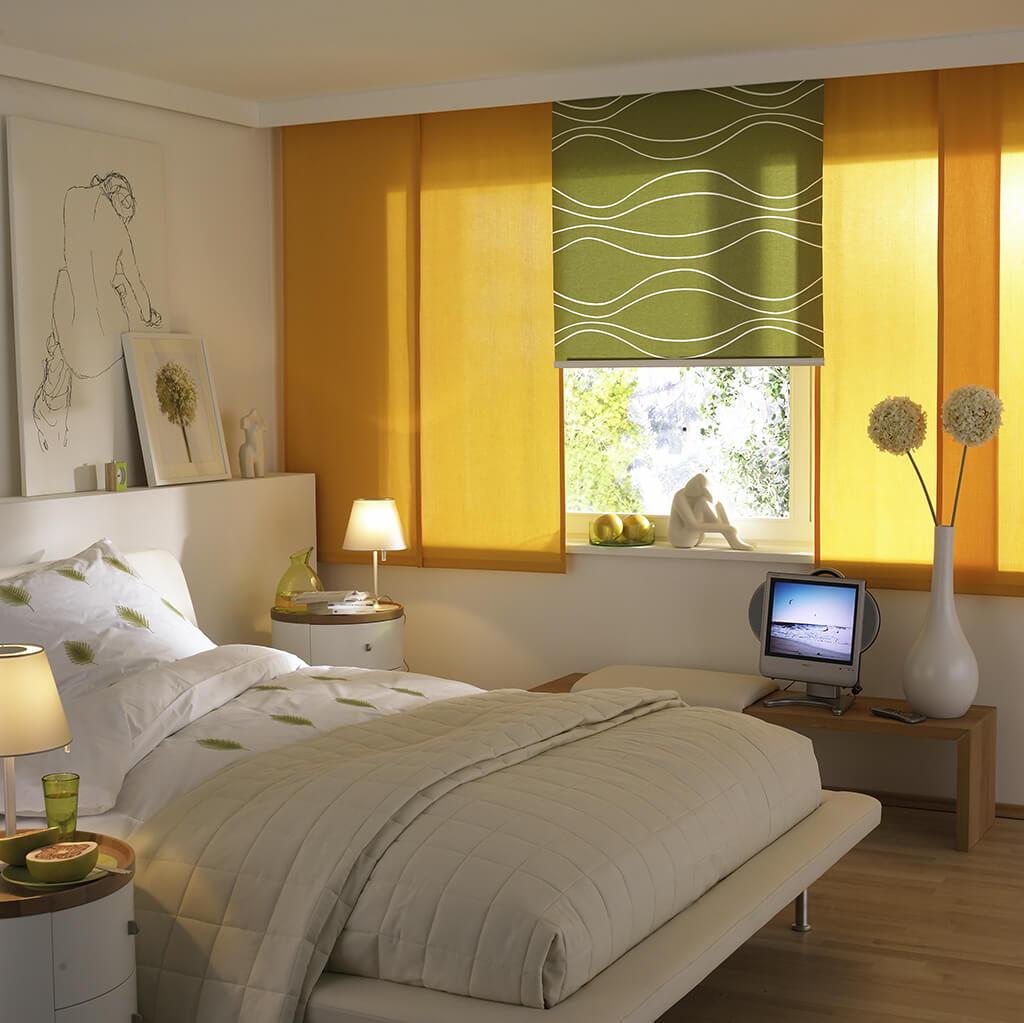 Senfgelber Flächenvorhang kombiniert mit grünem Dekorstoffpanel