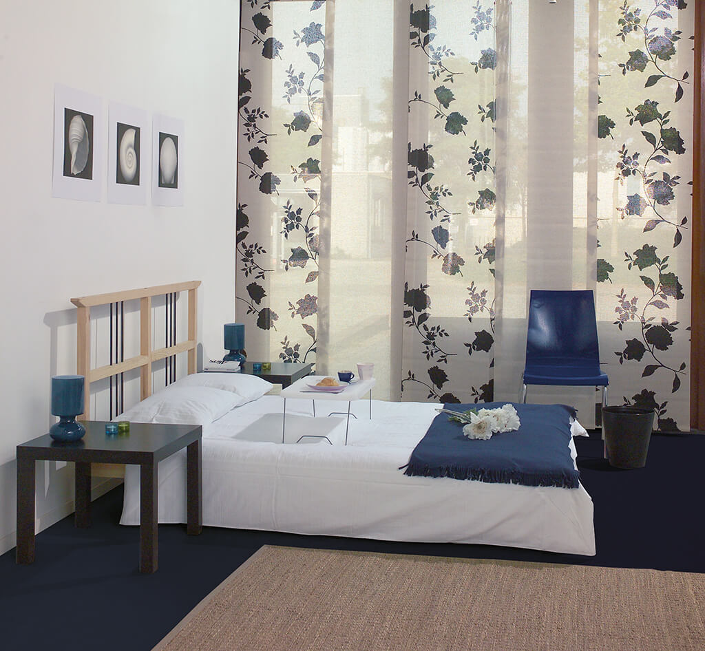 Flächenvorhang in tranparentem Weiß kombiniert mit schwarzem Blumendekor