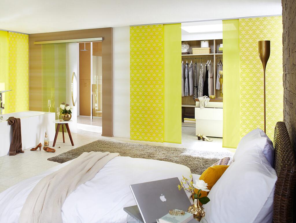 Flächenvorhange in Gelb als Raumteilerlösung im Schlafzimmer