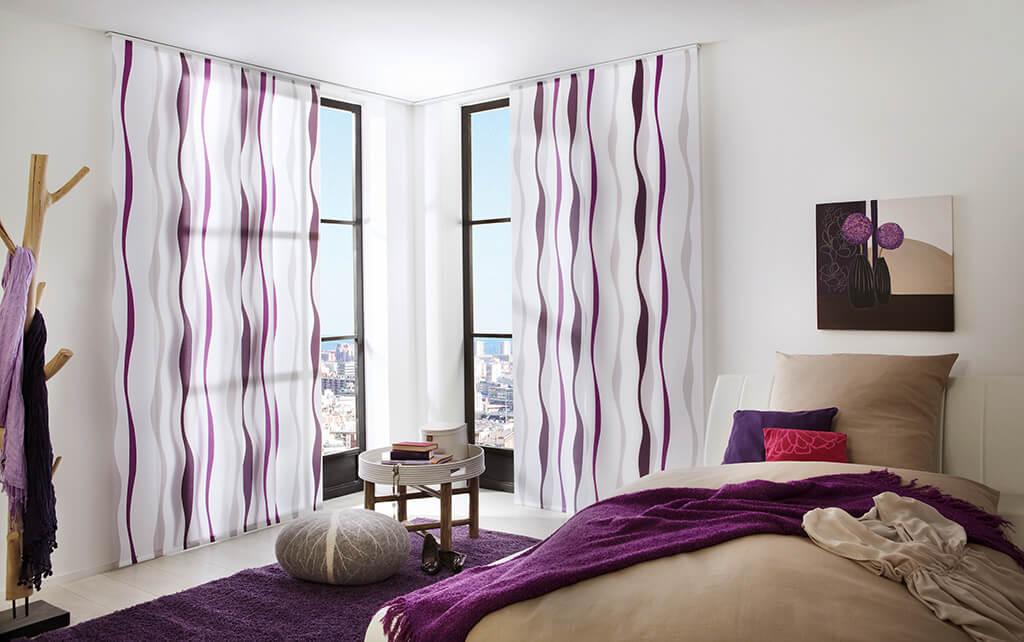 Flächenvorhang in weiß-lila für modische Akzente im Schlafbereich