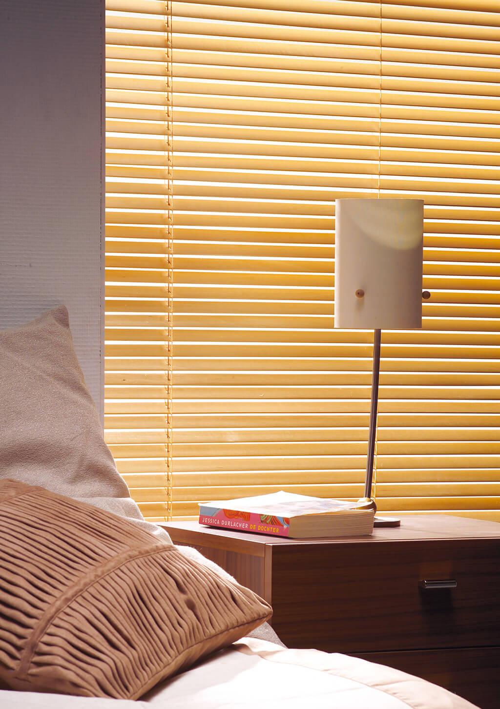 Gelbe Alu-Jalousie im Schlafzimmer