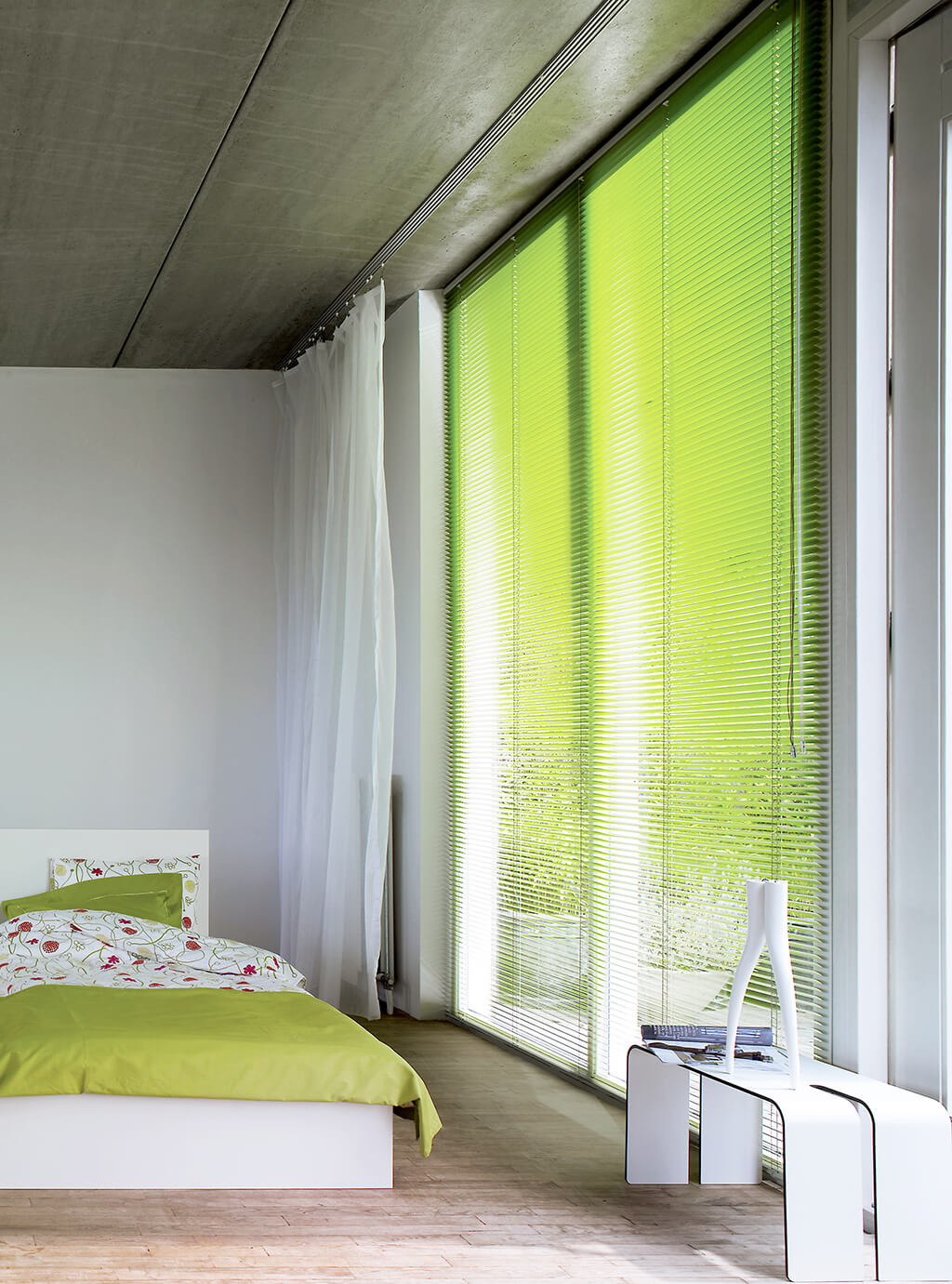 Grüne Alu-Jalousie an deckenhohen Fenstern im Schlafzimmer mit Bedienelement auf der rechten Seite