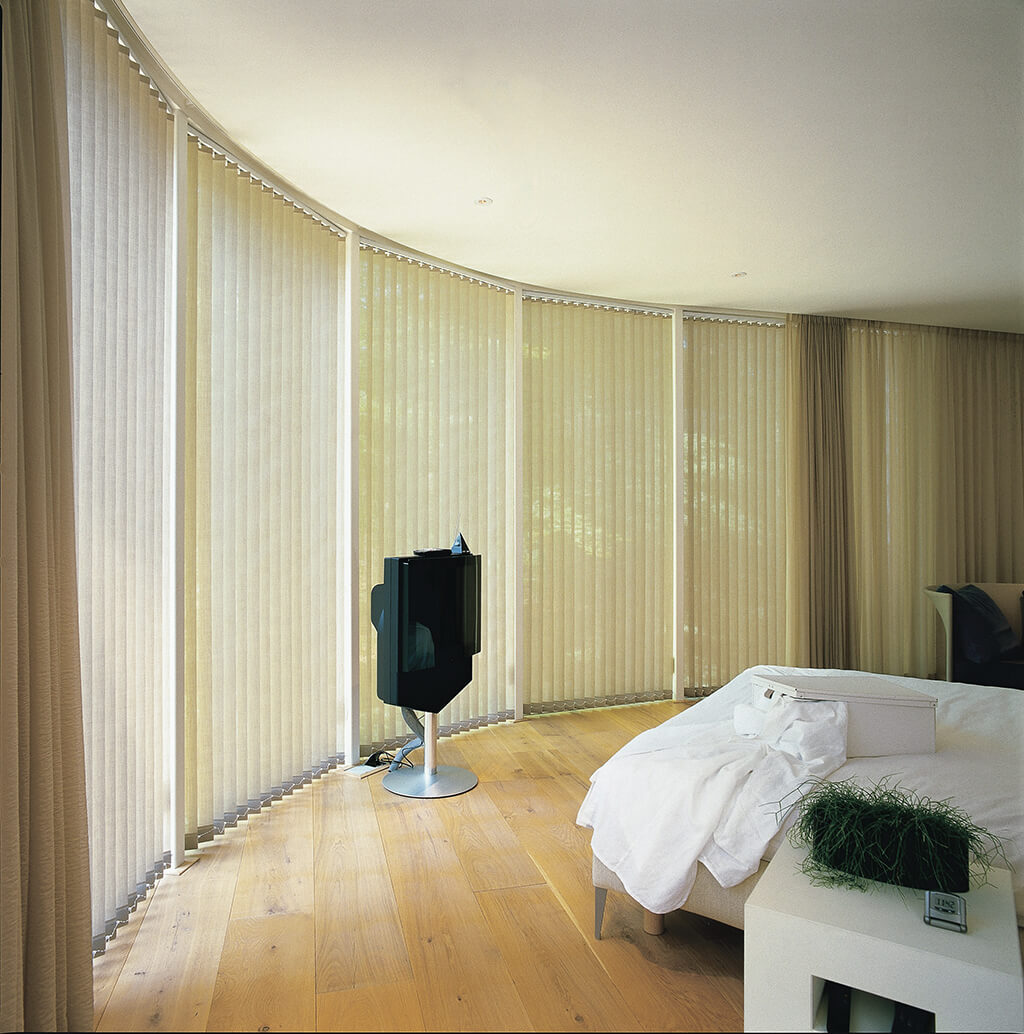 Cremefarbener Lamellenvorhang für großflächigen Einsatz an gerundeter Wandführung
