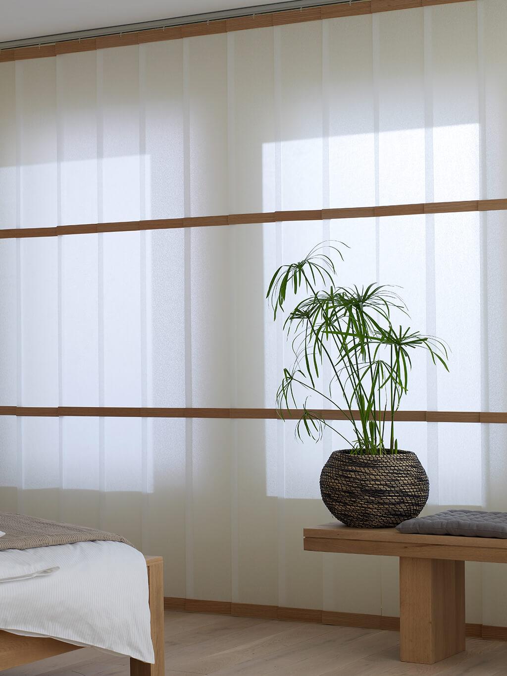 Weißer Lamellenvorhang mit Holzsegmenten, geschlossen