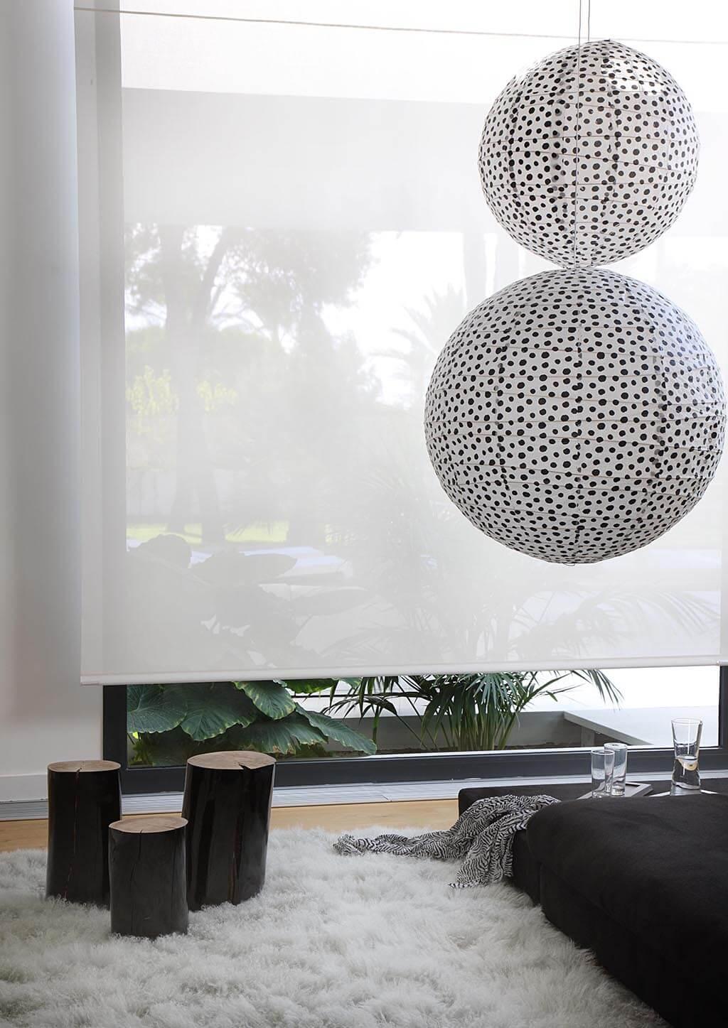 Großflächiges Rollo zu Klarem Schwarz-Weiß Design