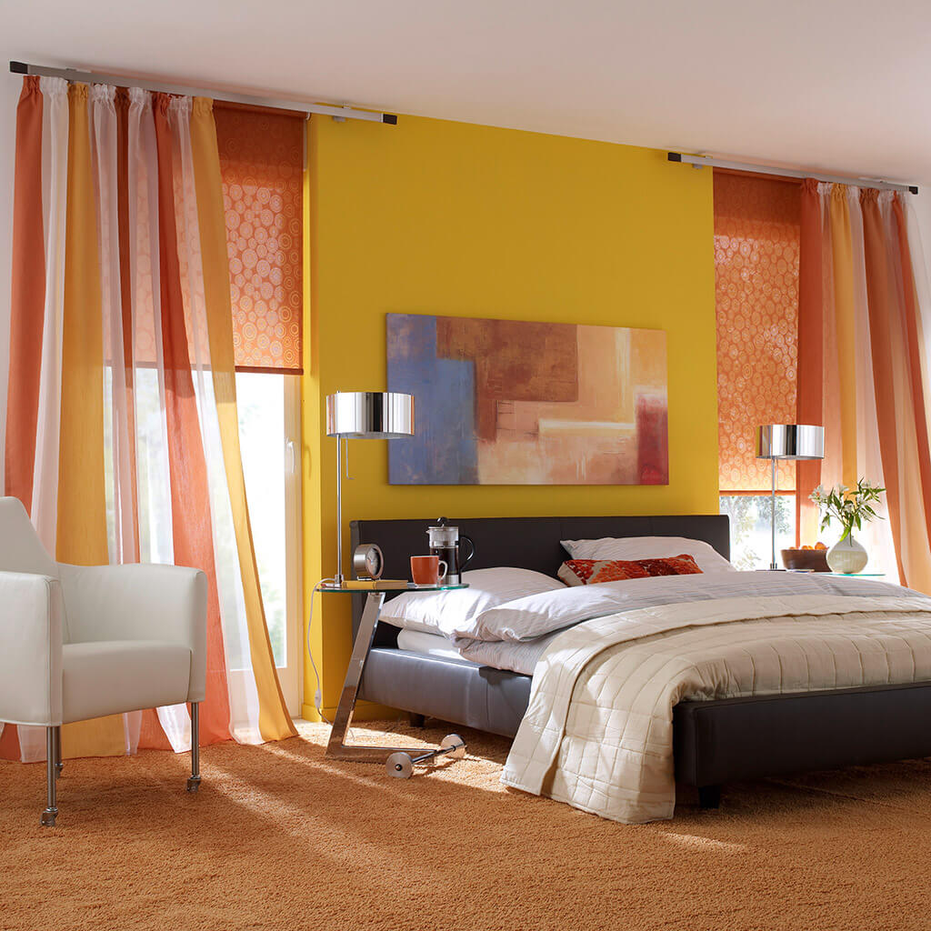 Rollos mit orangenem Dekorstoff zu bodenlangen Multicolor-Gardinen