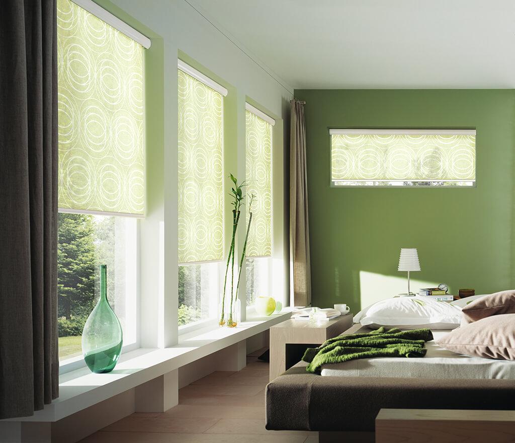 Rollos mit helolgrünem Dekorstoff und weißen Blenden