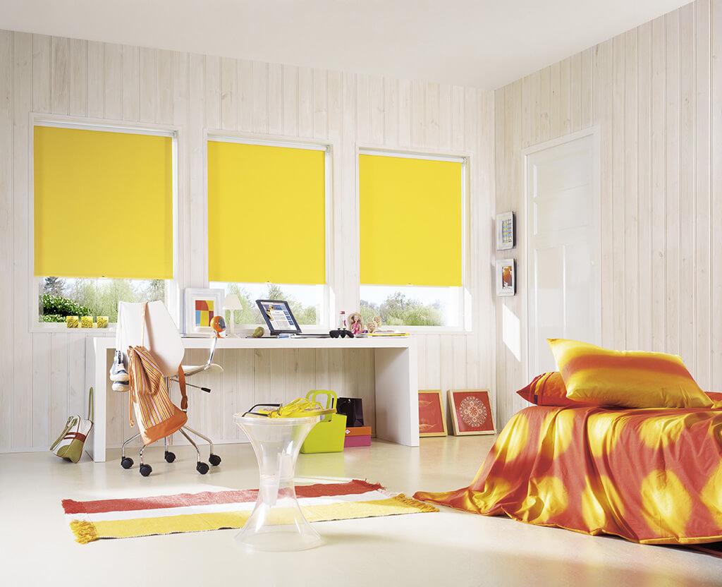 Frische gelbe Rollos zu weißen Holzpanel-Wänden