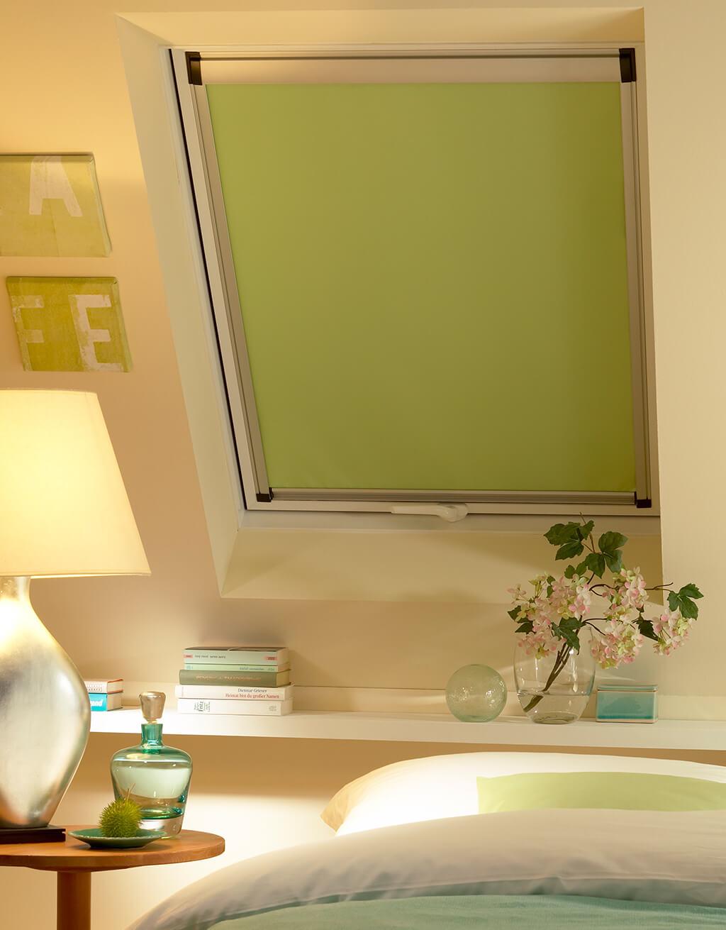 Rollo Verdunklungsanlage 'Midi' in Grün am Dachfenster