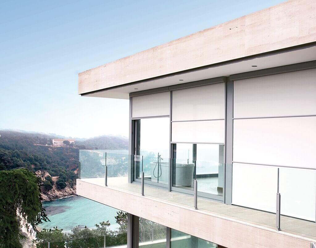 Rollo Bandalux in Weiß, edle Verdunklungsanlage für große Glasflächen