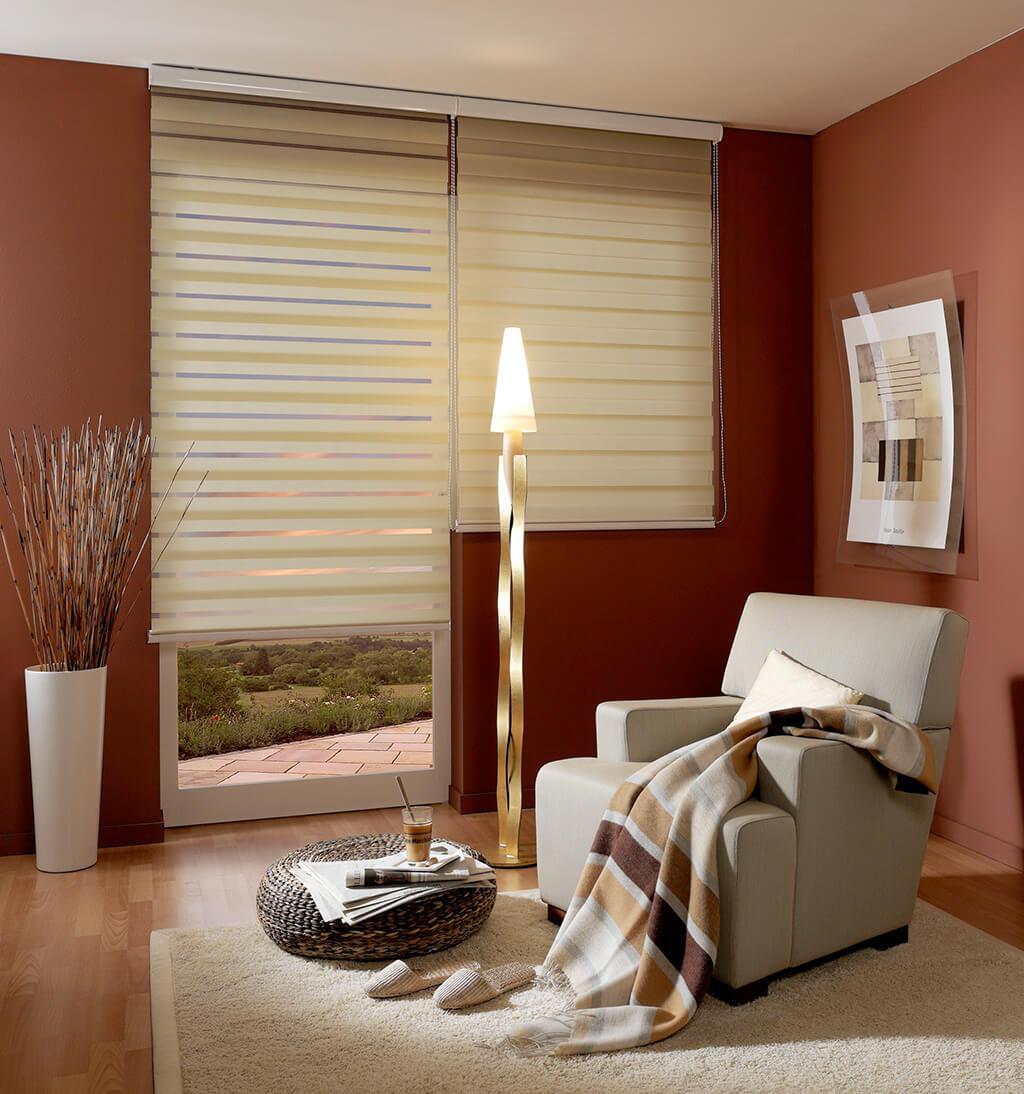 Doppelrollo in Creme mit weißer Blende, toller Kontrast zu einer farbigen Wand