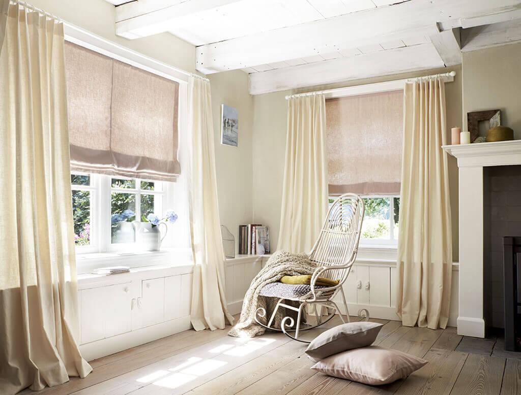 Faltrollo Natur kombiniert mit Hellen Vorhängen, für den perfekten Shabby chic