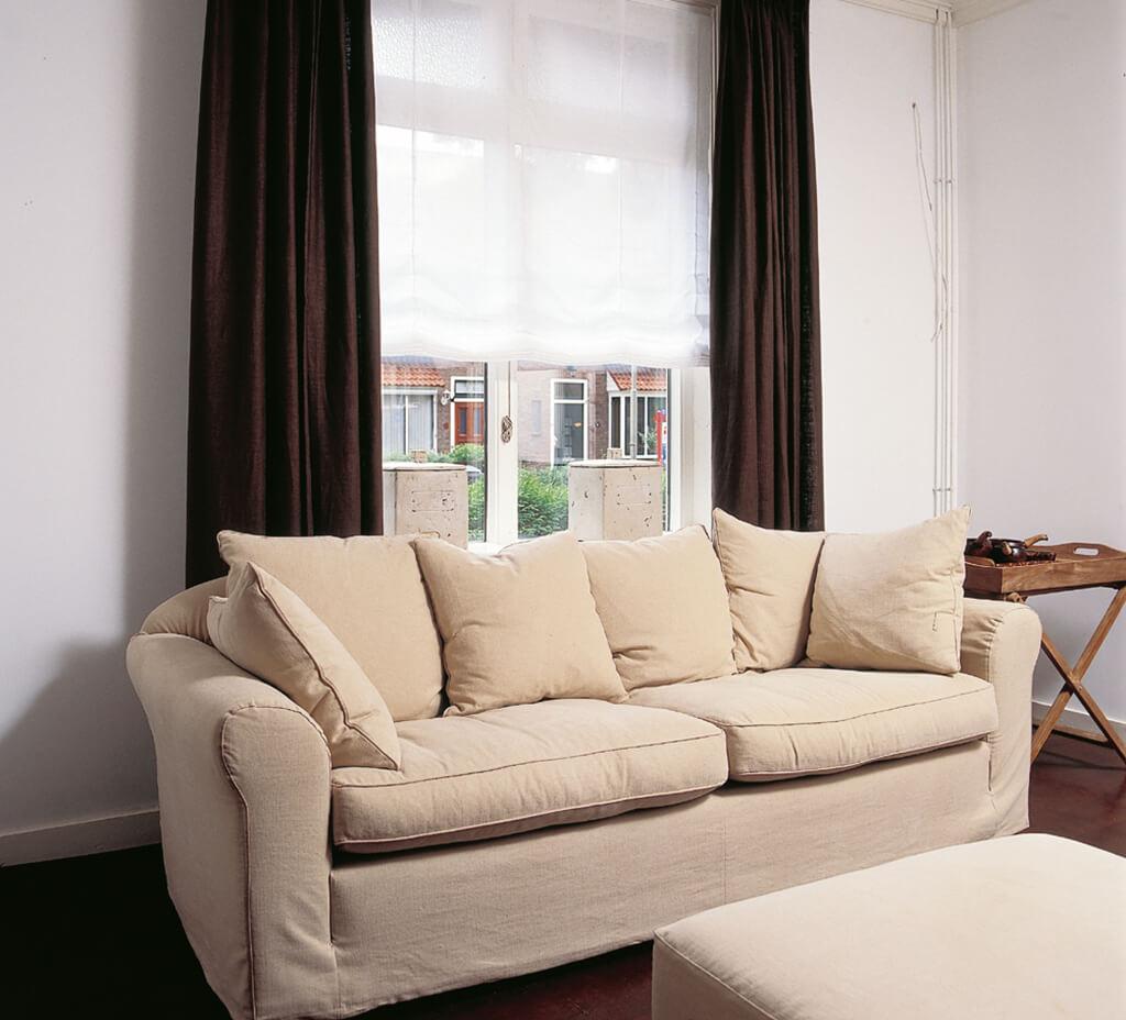 Faltrollo in weiß, für klare aber weiche Linien auf langen Fensterfronten