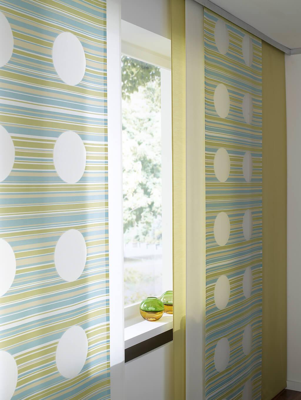 Flächenvorhang Kombination aus weißen, hellgrünen und Dekorstoff-Panelen