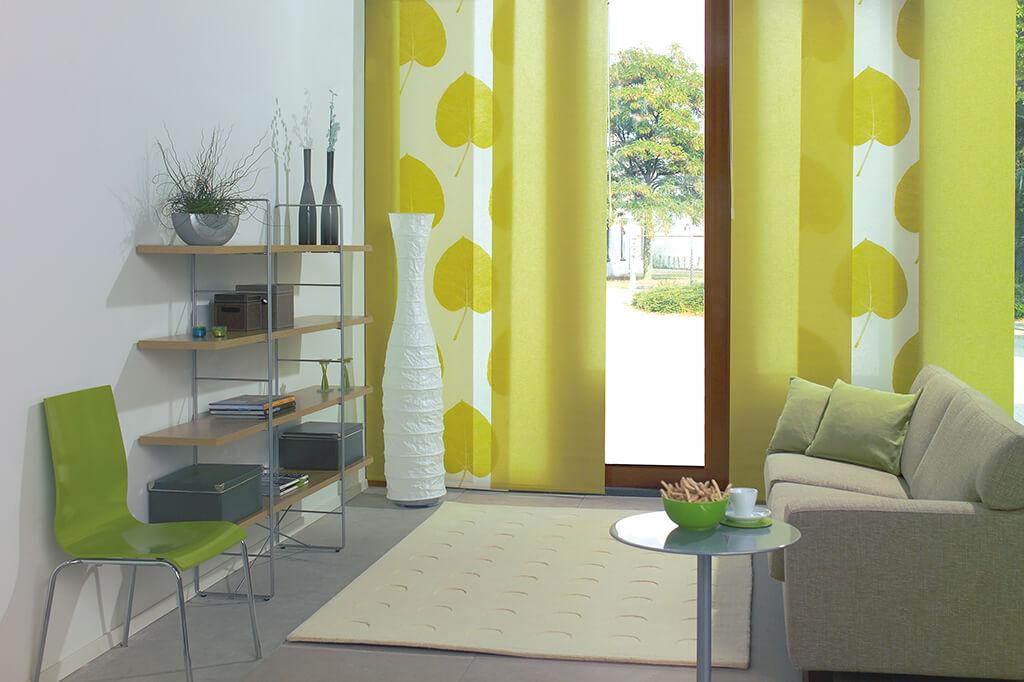 Flächenvorhang mit grünen Panelen und Blattmotiv