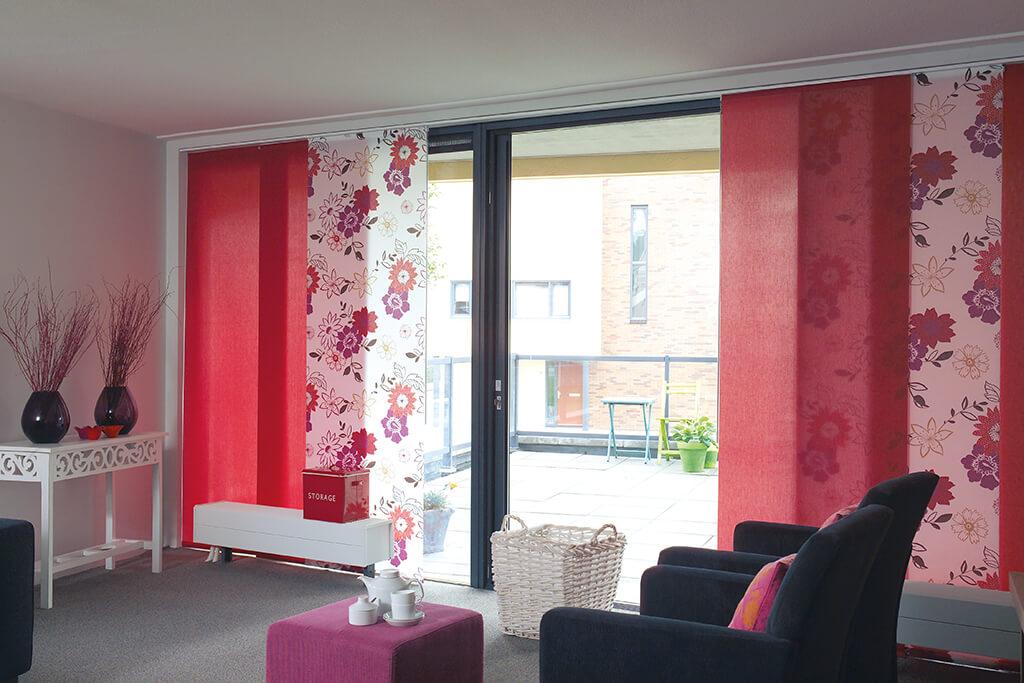 Rote Flächenvorhang Kombination mit Blumendekor