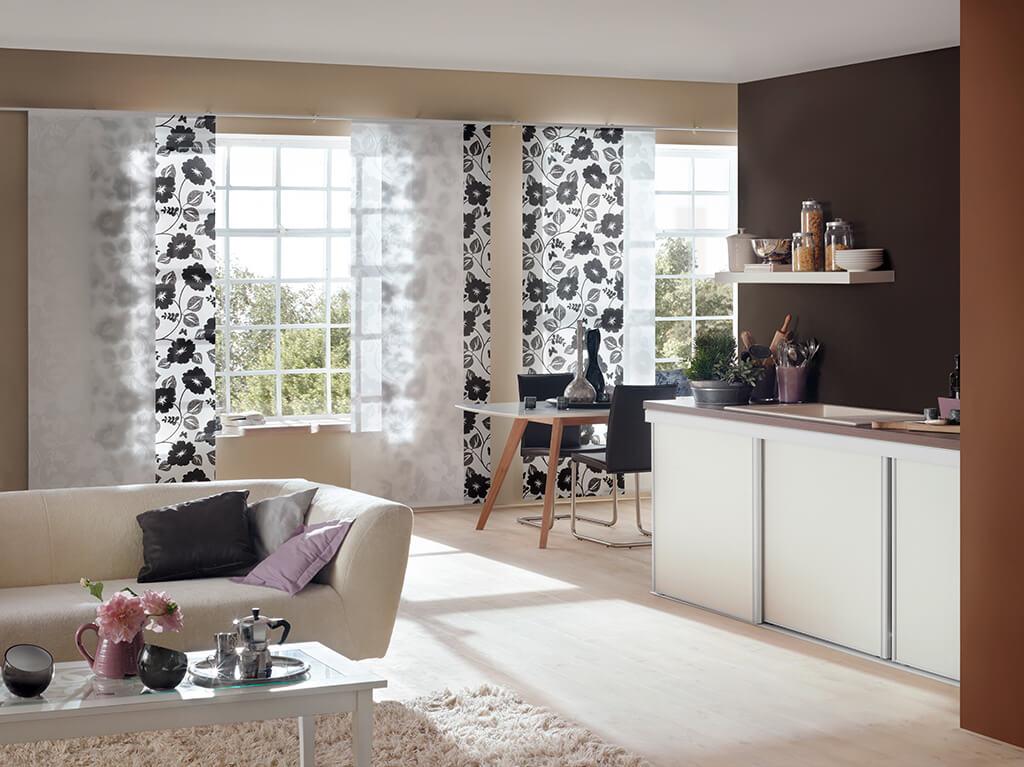 Elegenate Flächenvorhang Kombination aus weißen Panelen und schwarzweißem Dekorstoff