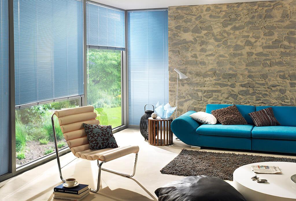 Fensterfront mit blauen Alu-Jalousie
