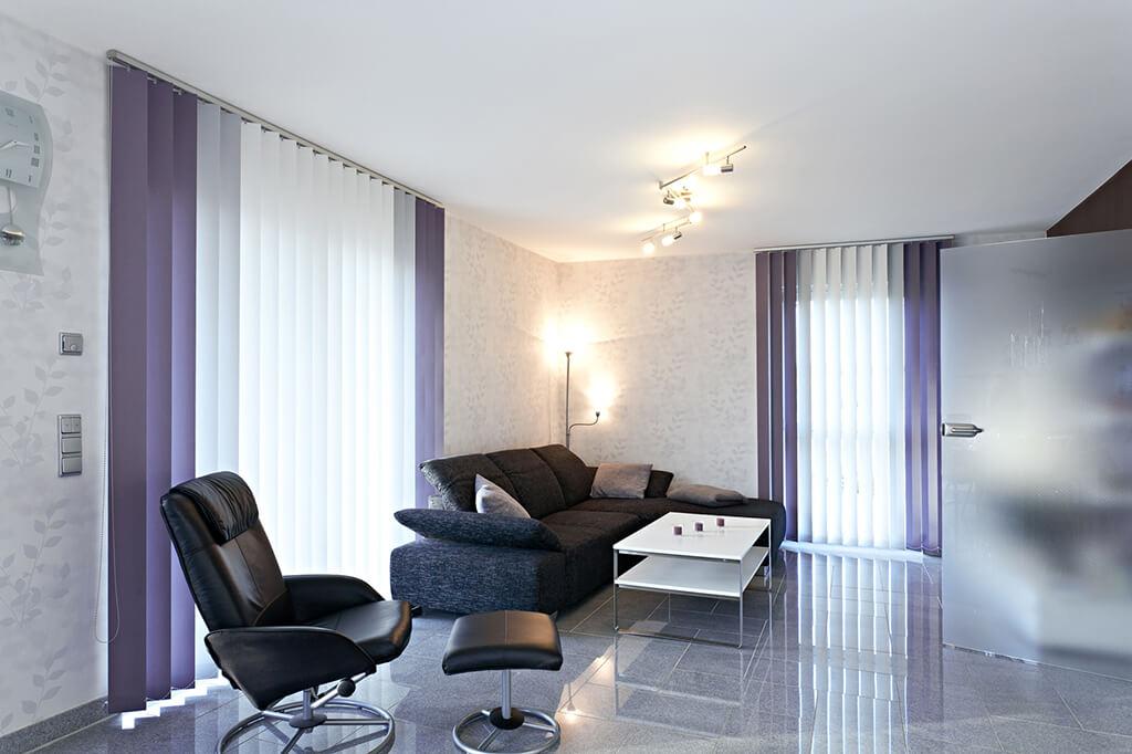 sichtschutz im wohnzimmer moderne plissees gardinen und rollos. Black Bedroom Furniture Sets. Home Design Ideas