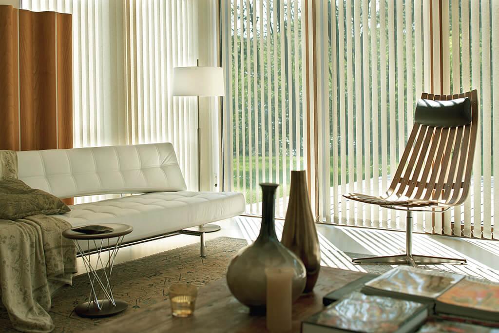 Klassich heller Lamellenvorhang an langer Fensterfront