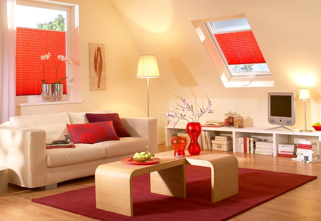 Plissee in rotem Dekorstoff an Fesnter und Dachfenster