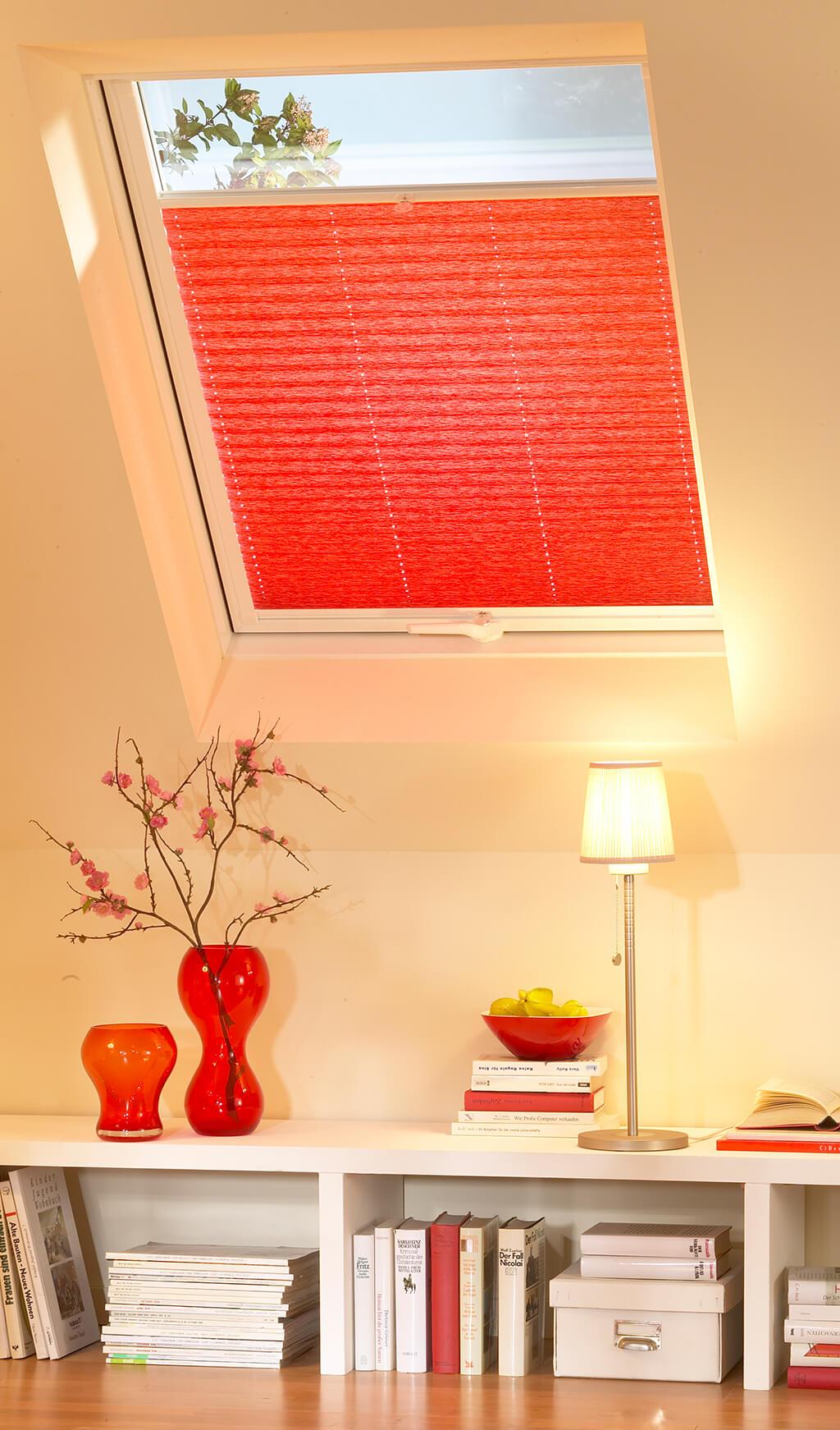 Rotes Plissee am Dachfenster im Wohnzimmer von oben leicht geöffnet