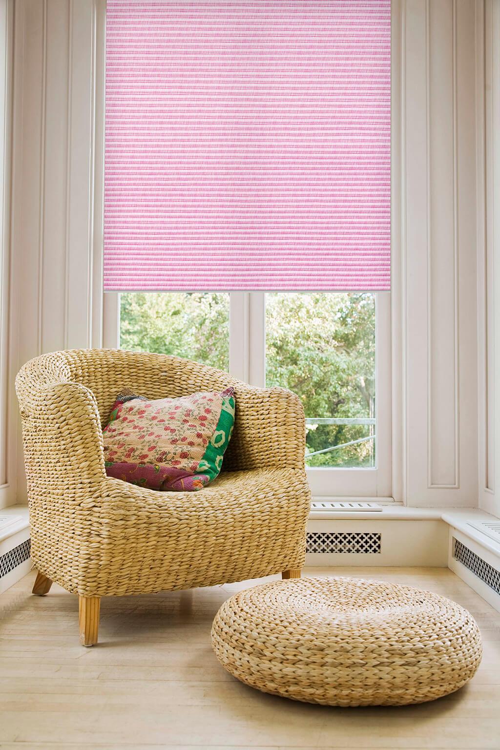 Plissee Sonnengelb farbenfrohem Lila an hohem Fenster