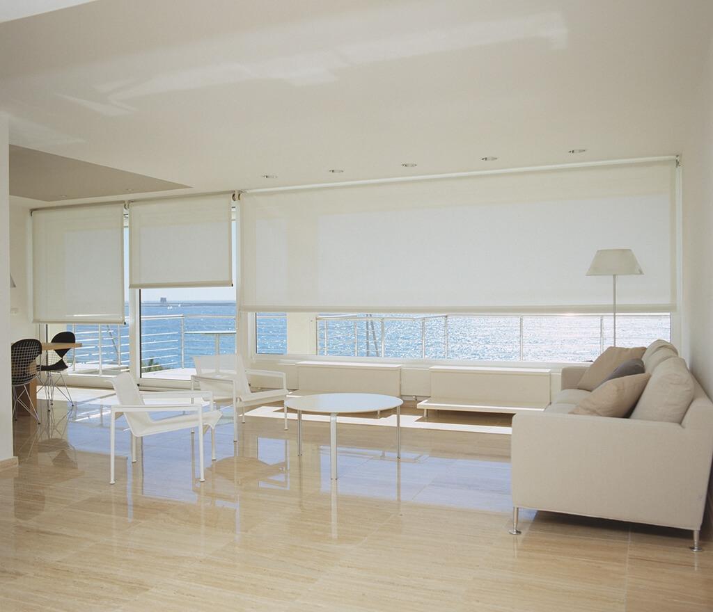 sichtschutz im wohnzimmer moderne plissees gardinen und. Black Bedroom Furniture Sets. Home Design Ideas