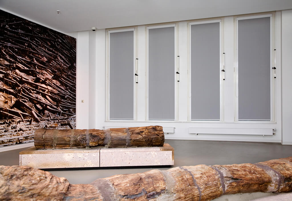 Verdunklungsanlage 'Midi' in Grau  an hohen Fenstern